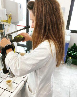 Il controllo dei parametri di qualità del vino è di vitale e primaria importanza, in tutte le delicate fasi della produzione fino al prodotto finito. ✅ . L'enologa Flavia, avendo giornalmente a disposizione i parametri analitici del prodotto, può tenere sotto controllo l'evoluzione della fermentazione, operazione che ci permette di ottenere dei vini di alta qualità 👩🔬🍷 . . 🍷Vini 🌊 mari 🌋 vulcani _______________________________ www.marchesedellesaline.com . #harvest #vendemmia #marsala #grapes #family #italy #wine #vino #winelover #winery #winelovers #instawine #vinho #vin #whitewine #winestagram #winecountry #wein #winelife #winegeek #winemaker #naturalwine #vinoitaliano #etnawine #italianwines #summer #summer2020 #etna #oenologist