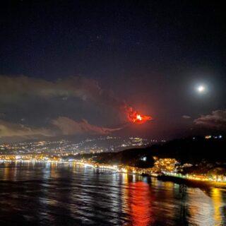 La magia della nostra isola, tra brezza marina e lava vulcanica. Il terroir unico lascia una impronta sensazionale ai nostri pregiati vini💥 Eruzione del 18 Gennaio 2021, madre natura ci regala grandi emozioni 😍 🍷Vini 🌊 mari 🌋 vulcani _______________________________ www.marchesedellesaline.com #bibenda #nerellomascalese #sicily #terroirs #organic #natural #wines #italy #wine #vino #winelover #withewine #winery #winelovers #instawine #wines #etna #winelife #california #newyork #winemaker #biologico #vinoitaliano #vinorosso #italianwines #etnawine